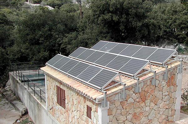 Solar cells - Wikimedia Commons - Depuradora de Lluc