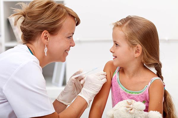 Vaccin läkare och flicka - Foto: Crestock