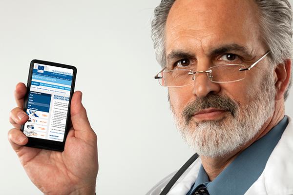 Doktor med mobiltelefon - Foto: Crestock