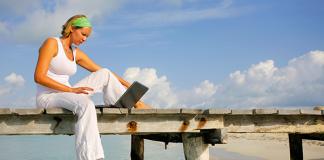 Kvinna laptop beach - Foto: Crestock