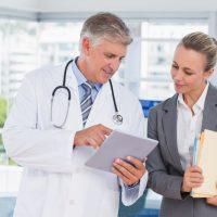Läkare och sjukhusekonom diskuterar - Crestock.com