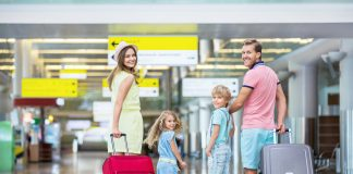 Familj på flygplats. Foto och licens: Crestock.com