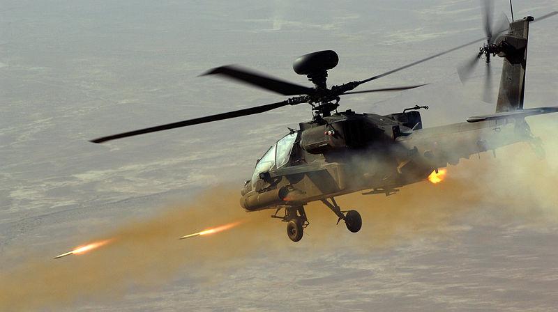 Apache Helicopter utför ett flyganfall - Foto: Staff Sergeant Mike Harvey,   Wikimedia Commons