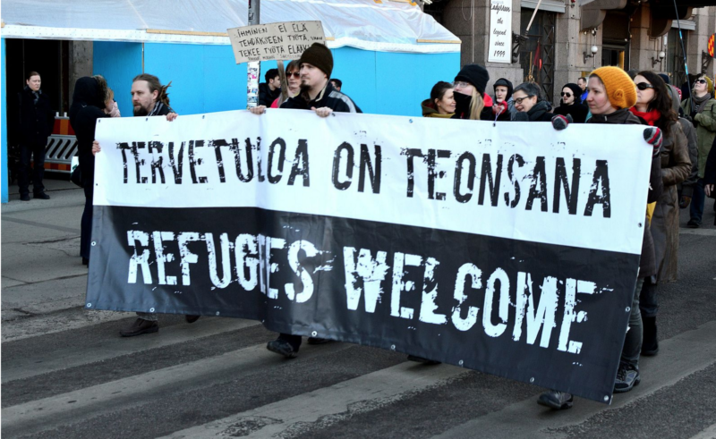 """Refugees welcome"",   Helsinki - Foto: Helisusa, Wikimedia Commons"