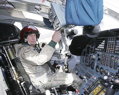 Vladimir Putin i cockpit på en TU-160 - Foto: Presidential Press Service, Wikimedia Commons