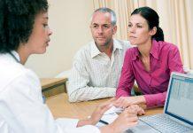 Klienter diskuterar med en läkare om tvångsvaccinering - Bild: Crestock.com