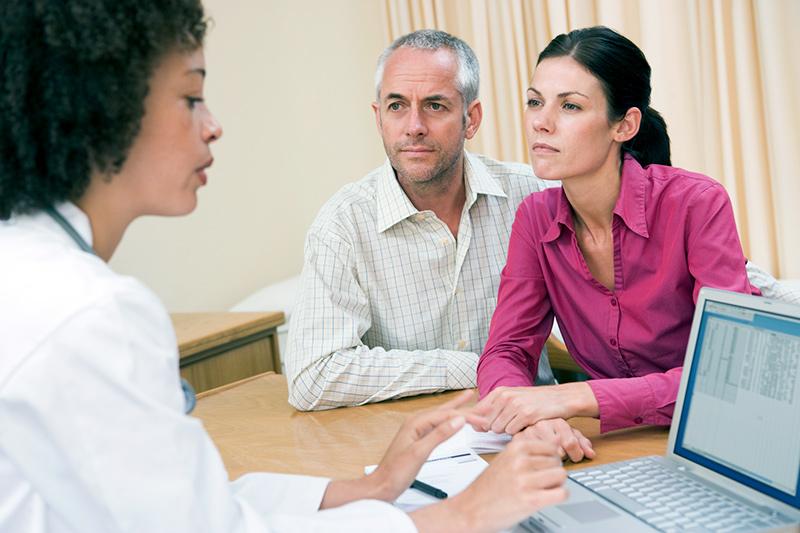 """Klienter diskuterar med en läkare om vaccinering efter att de sett filmen """"The Truth About Vaccines"""" - Bild: Crestock.com"""