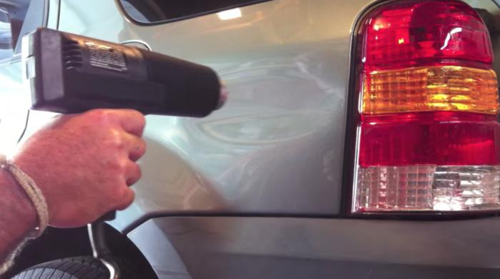 Reparera en buckla i bilplåten med hårtork