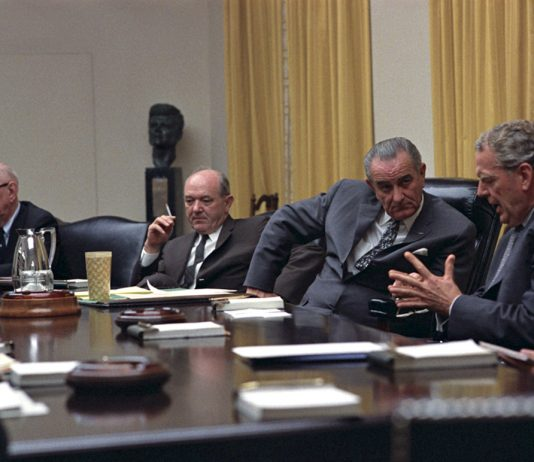 Lyndon B. Johnson talar med försvarsminister Clark Clifford