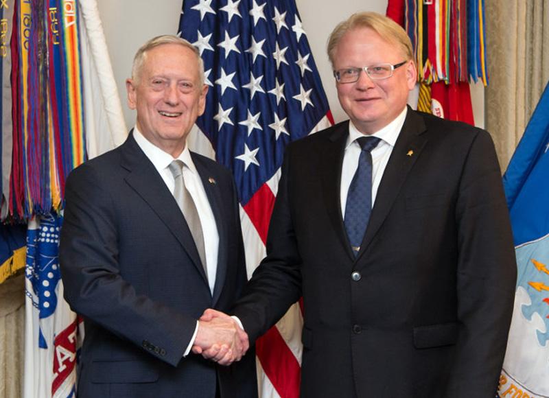 Försvarsministrarna Jim Mattis och Peter Hultqvist träffades på Pentagon 18 maj 18, 2017 - Foto: Sergeant Amber I. Smith, DOD
