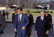 John F. Kennedy and Allen Dulles 1961 foto Robert Knudsen