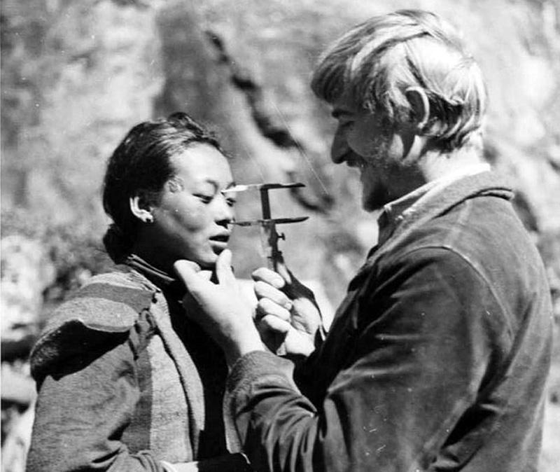 Antroplogen Bruno Beger undersöker tibetanska, 1938 - Foto: Public Domain