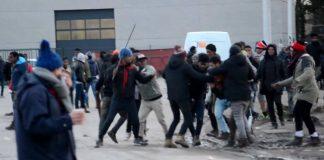 Calais - migranter i gängslagsmål 2 februari 2018 - Foto: AP