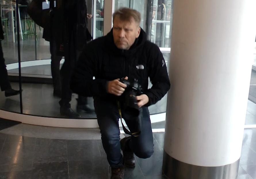 Skjutjärnsfotografen Jonas Lindkvist från Bonnierkoncernen kunde inte föra ett normalt samtal med Nya Dagbladet och NewsVoice - Foto: Alexander Almqvist-Paajanen