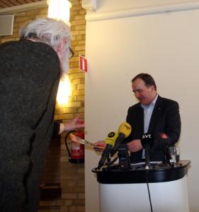 Stefan Löfven får ett ex av tidningen AlmaNova - Foto: AlmaNova