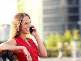 Ung kvinnor använder mycket ofta smartmobiler