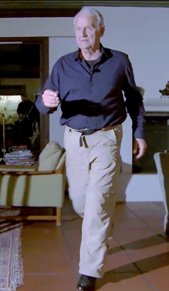 Glidewalking- Dr Carl Henrik Jelstrup demonstrerar naturfolkens sätt att gå, vilket reducerar smärtor och gagnar bla led- och rygghälsa. Foto: Arnt Olav-Enger, TV helse