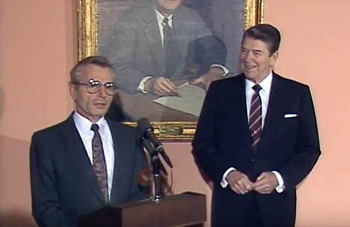 President Reagan introducerar Frank Carlucci den 23 november, 1987