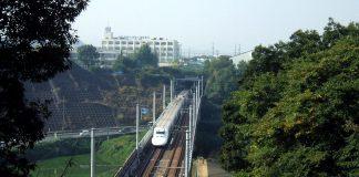 Den japanska snabbspårlinjenSanyo Shinkansen passerarTakenouchi-tunneln. Foto: Carpkazu, Wikimedia Commons, CC BY-SA 3.0