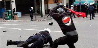 Extremist från Antifa attackerar polis. Foto: CantFightTheTendies, Flickr.com, CC BY 2.0