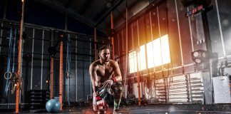 Atlet tränar bodybuilding - Crestock.com