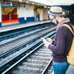 Resande man med smartphone. Foto: Clem Onojeghuo. Fri licens enligt Pexels.com