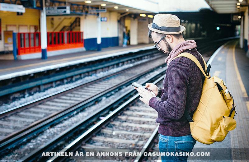 Spela spel när du reser. Foto: Clem Onojeghuo. Fri licens enligt Pexels.com