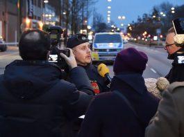 Svenska polisen möter media. Pressfoto: Polisen.se