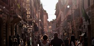 Italiensk kvällspromenad (La Passegiata) till den lokala krogen. Foto: StockSnap. Licen