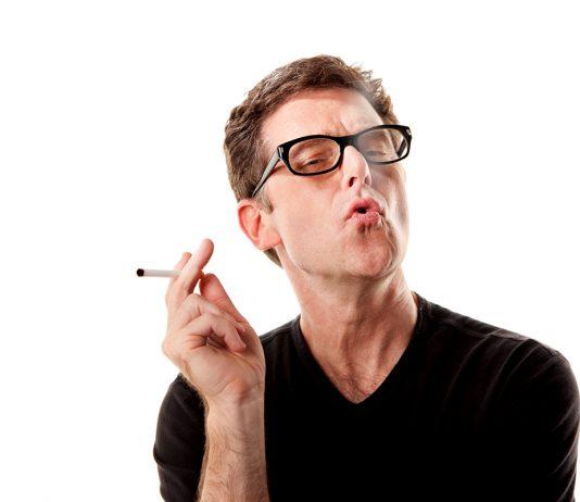 Man som röker, rökning - Crestock.com