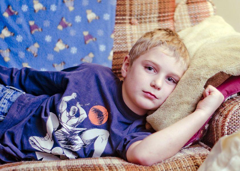 Sömnig pojke - Foto: Rachel Bostwick. Licens: CC0 1.0, Pixabay.com