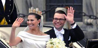 Kronprinsessan Victoria och prins Daniel under kortegen vid Slottsbacken (2010).