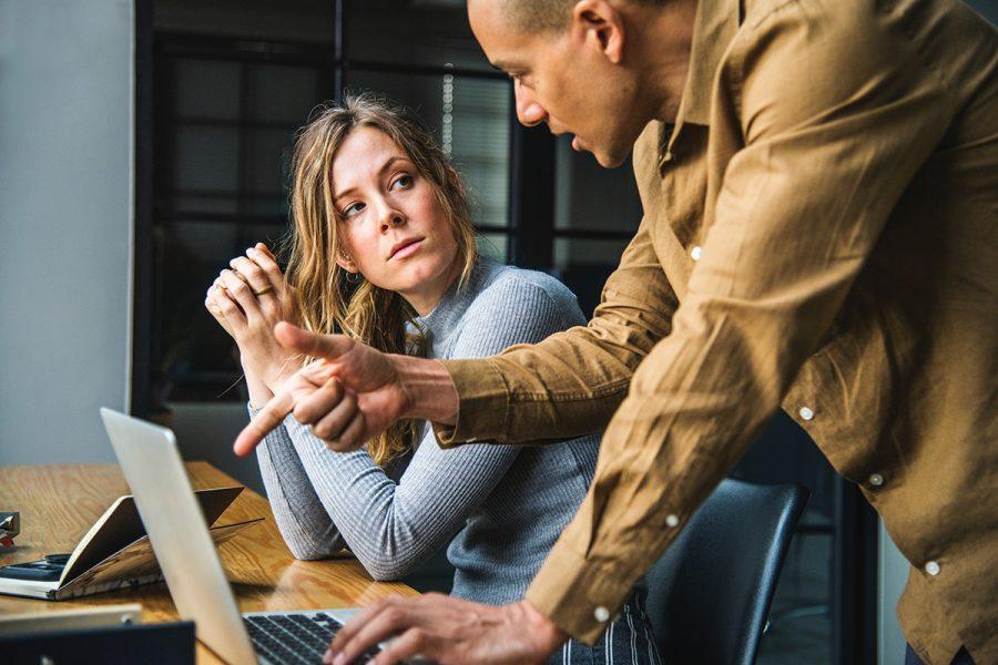 laptop woman business workplace Kontor, diskussion, meeting Fotolicens: Pexels.com