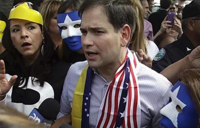 """Den självutnämnde """"presidenten"""" Juan Guaidó bär även USA:s flaggor runt halsen. Fotograf okänd"""