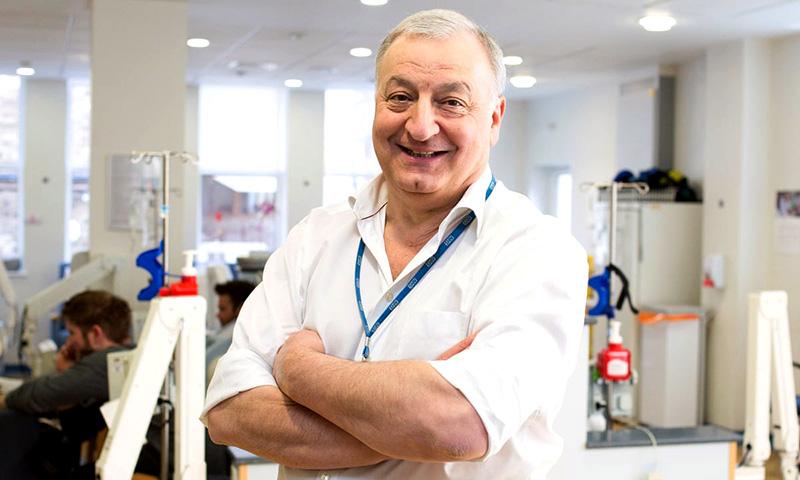 Professor Martin Gore dog strax efter en vaccination - Foto: The Royal Marsden, PA