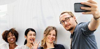 MeWe-generationen gillar ofta att ta selfies. Foto: Rawpixel.com. Licens: free use. Pexels.com