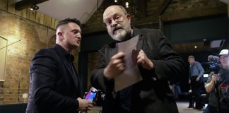 Tommy Robinson och John Sweeney (th). Foto: Robinsons film-team