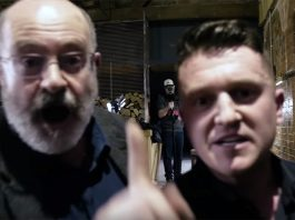 John Sweeney och Tommy Robinson (th). Foto: Robinsons film-team