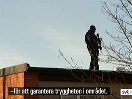 SVT besöker Vivalla den 13 feb 2019 medan polisens insatsstyrka garanterar säkerheten. Foto: SVT Nyheter Örebro
