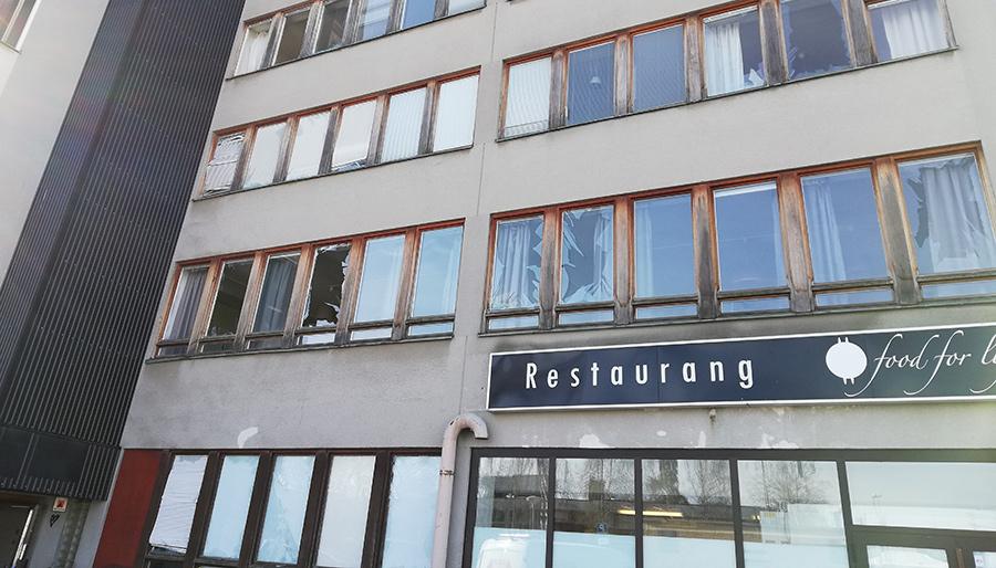 Ett hotell skadades intill Vällingby City Bilverkstad i Vinsta. Foto: NewsVoice.se