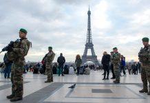 "Operation Sentinelle posterad i Paris nära Eifeltornet, en ""symbolisk byggnad"". Foto: Ministère des Armées"