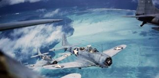 U.S. Marine Corps planes fly over Midway Atoll in the Pacific (1942-1943). Foto: United States Navy, Wikimedia Commons