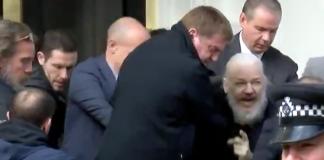 Julian Assange grips den 11 april 2019 - Foto: RT.com