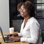 Kontorsarbetande kvinna. Foto: Rawpixel.com. Licens: Pixabay.com (free use)
