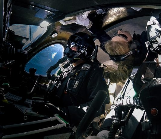 Astronaut Beth Moses svävar i låg gravitation på en Virgin Galactic flight. Pressfoto: Virgin Galactic.