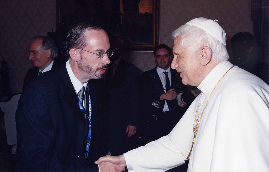 John. L Allen och påve Benedict XVI. Licens: CC BY-SA 3.0 (GFDL), Wikimedia Commons