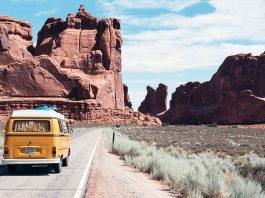 Korsa USA i en Volkswagen retrobus. Foto: Dino Reichmuth. Licens: Unsplash.com (free use)