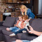 Family home sofa smartphone. Foto: Mostphotos.se