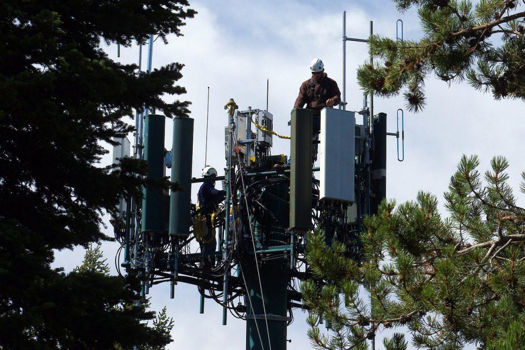 Mobile phone cellular tower. Foto (beskuret): Mike Goad. Licens: Pixabay.com