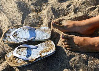 bara fötter, strand, flipflops. Licens: Pexels.com (free use)